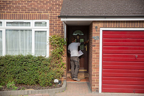surveyor knocking on customer's door